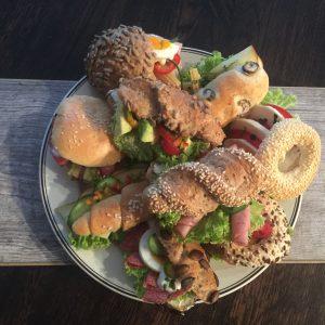 Köstliche Sandwiches aus Weiß- und Mehrkorngebäck